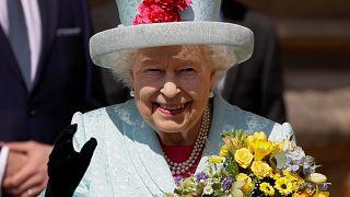 الملكة إليزابيث تغادر قلعة وندسور بعد حضور قداس عيد القيامة