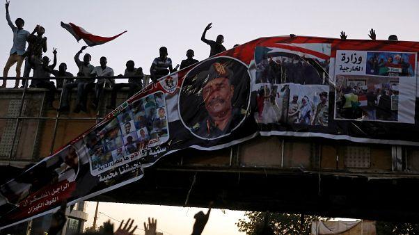 """رئيس المجلس العسكري الحاكم في السودان يقول تشكيل مجلس عسكري مدني """"مطروح للنقاش"""""""