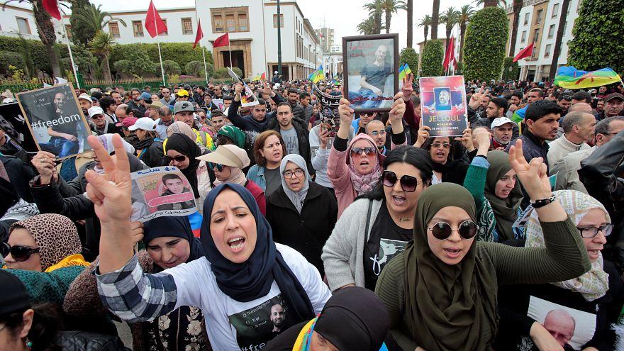 شاهد: آلاف المغاربة يتظاهرون بالرباط للمطالبة بالإفراج عن معتقلي حراك الريف