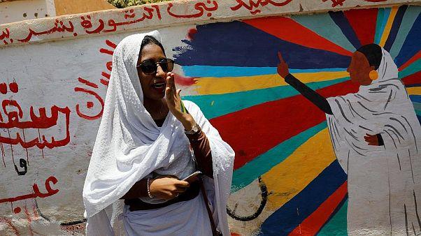 Sudan devriminin 'kraliçesi' euronews'a konuştu: Kahraman değilim, kadınlar hep değişime yön verdi