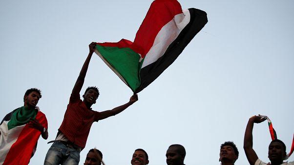 محتجون سودانيون يلوحون بالأعلام ويهتفون أمام وزارة الدفاع في الخرطوم