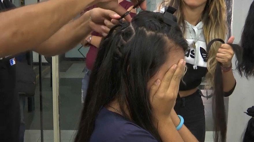 فتاة فنزويلية تبيع شعرها