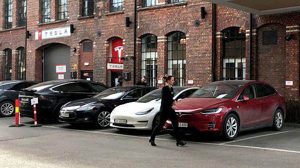 Tesla, park halindeyken aniden alev alan aracıyla ilgili inceleme başlattı