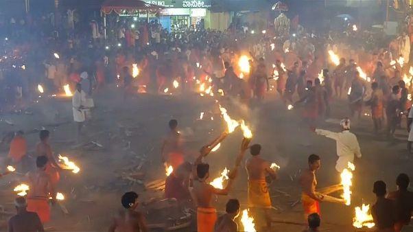 """شاهد: """"حرب كرات اللهب"""" بين الهندوس بمهرجان النار في الهند"""