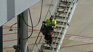 شاهد: وفاة رضيع سعودي على متن طائرة تابعة للخطوط الجوية الآسيوية