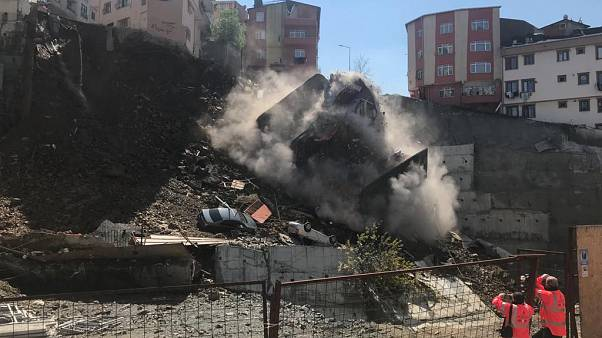 Video: Kağıthane'de istinat duvarı yıkılan dört katlı bir bina çöktü