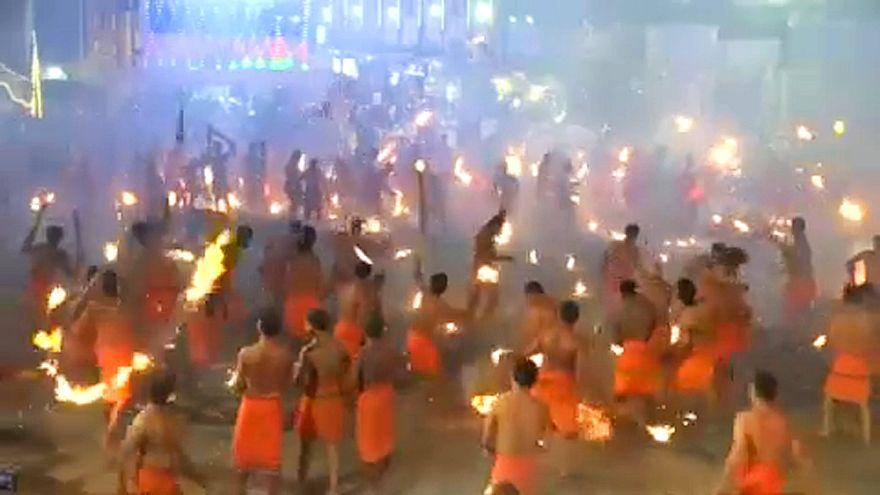 پرتاب مشعل برای دفع شیطان در فستیوال سالانه آتش درهند