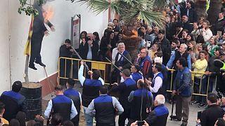 Un pueblo sevillano desata la polémica tras quemar y disparar a un muñeco de Carles Puigdemont