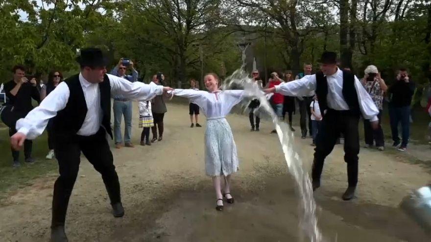 شاهد: رش الفتيات بالمياه لزيادة خصوبتهن... تقليد مجري قديم للاحتفال بعيد الفصح