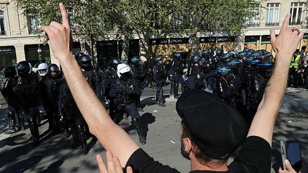 «خودکشی کنید»؛ ادامه واکنشها در فرانسه  به شعار جلیقه زردها علیه  پلیس