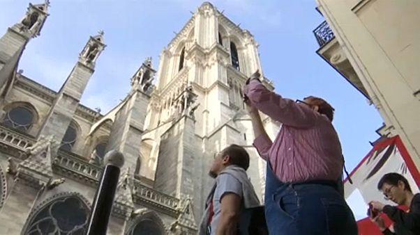 Turisták a Notre-Dame-nál
