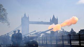 İngiltere Kraliçesi II. Elizabeth'in 93'üncü doğum günü top atışlarıyla kutlandı