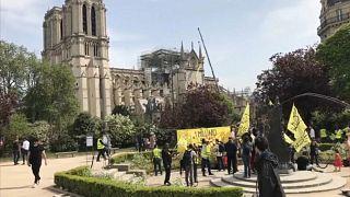Des manifestants dénoncent les conditions des sans-abri devant Notre-Dame