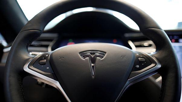 Elektrikli araç üreticisi Tesla yeni sürücüsüz araç teknolojisini yatırımcılara tanıttı