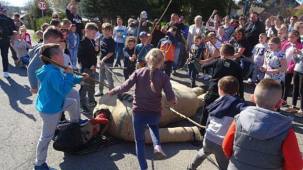 """فيديو لأطفال يضربون """"يهودا"""" ويقطعون رأسه في بولندا تغضب مؤتمر اليهود العالمي"""