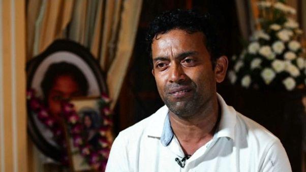 شاهد: أب فقد زوجته وطفلته الوحيدة في تفجيرات سريلانكا يروي تفاصيل ما حدث داخل الكنيسة