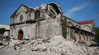 شاهد: عملية انقاذ شخص قضى ليلة كاملة تحت الانقاض عقب زلزال الفلبين