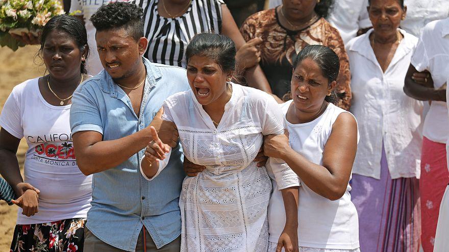 Sri Lanka empieza a enterrar a sus muertos