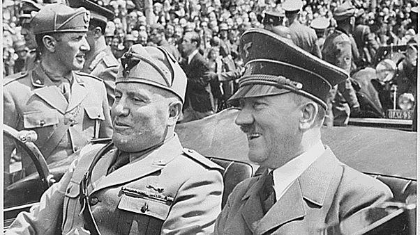 بنیتو موسولینی در کنار آدولف هیتلر