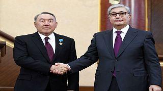 رئيس قازاخستان قاسم جومارت توكاييف يصافح الرئيس السابق نور سلطان