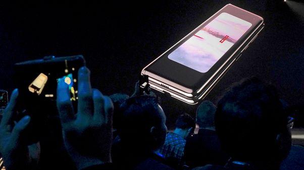 سامسونغ  تؤجل طرح أول هاتف قابل للطي بسبب عيوب