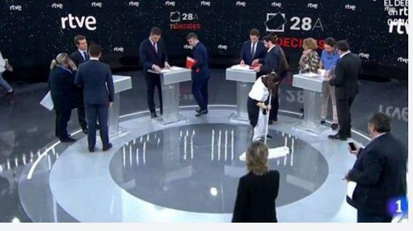 Spagna, dibattito tra candidati: tutti uomini, l'unica donna pulisce il pavimento