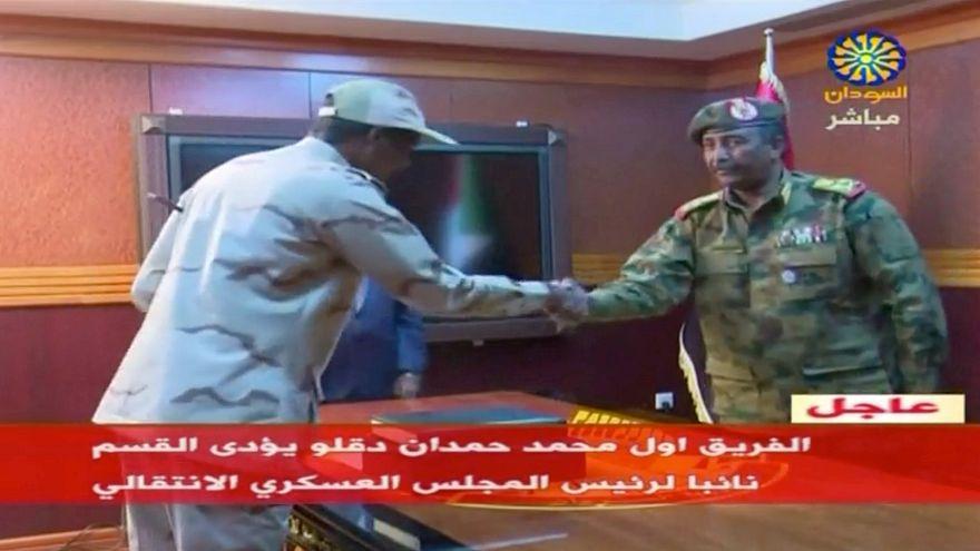 الفريق أول محمد حمدان دقلو قائد قوات الدعم السريع يصافح عبد الفتاح البرهان