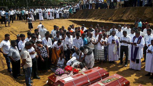 مراسم دفن عدد من ضحايا التفجيرات