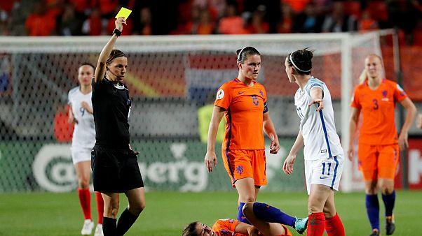 فرابار خلال تحكيمها لإحدى مباريات كرة القدم النسائية