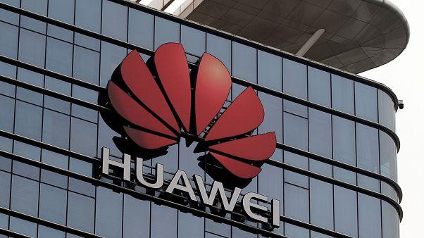 شعار شركة هواوي على مصنعها في الصين