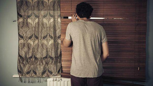 """شاب يواجه خطر الترحيل من فرنسا لاقتحامه منزل جيرانه بهدف """"الاستحمام"""""""