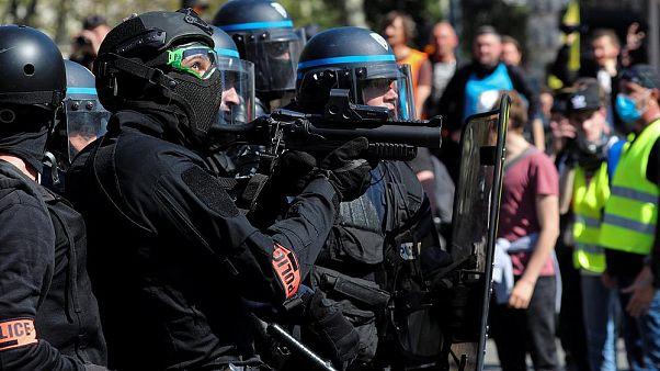 'Chalecos amarillos': La detención de dos periodistas reabre el debate sobre la violencia policial
