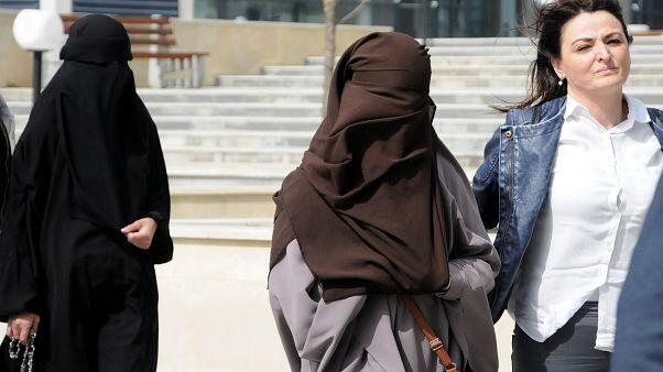 Zwei verschleierte Syrien-Rückkehrerinnen