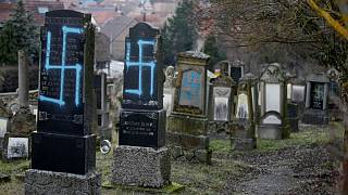 رسم آرم آلمان نازی در گورستان یهودیان توسط گروه نئوفاشیست