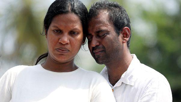 Sri Lanka'daki saldırılarda aile üyelerini kaybedenler yas tutuyor