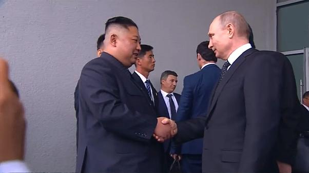 مصافحة بين الرئيس الروسي والكوري الشمالي قبل مغادرة الأخير القمة