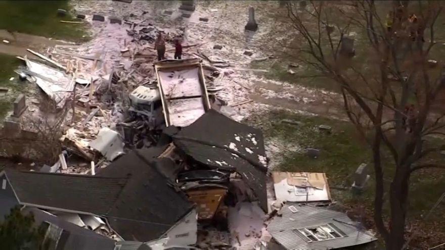 شاهد: شاحنة تهدم منزلا من 3 طوابق