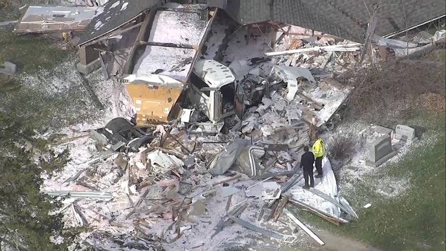Video: ABD'de yoldan çıkan tır müstakil evi enkaza çevirdi