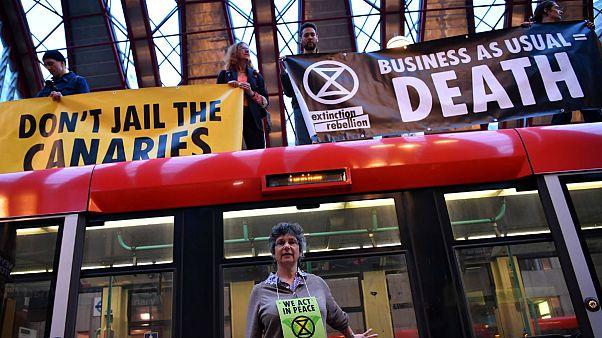 کنشگران محیط زیست در لندن روی قطار رفتند