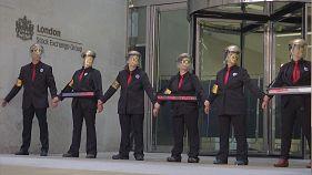 Çevreci aktivistler kendilerini Londra Borsası girişine yapıştırdı