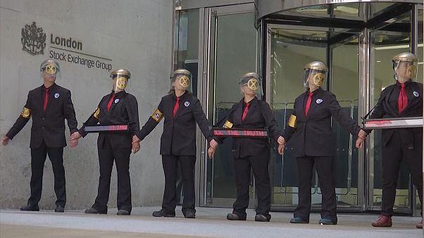 شاهد: الشرطة البريطانية تفك قيد محتجين ألصقوا بعضهم بعض بالصمغ