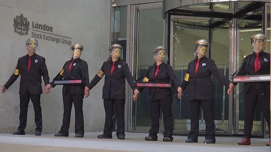 A rendőrség eltávolította a környezetvédő tüntetőket Londonban