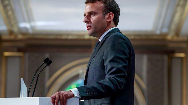 Macron anuncia menos impuestos y más pensiones