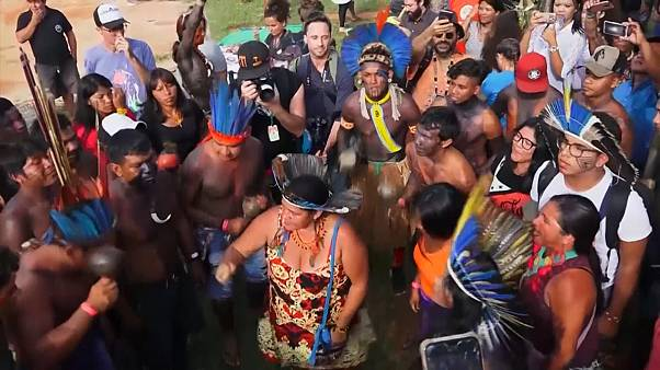 Индейцы танцуют против Болсонару