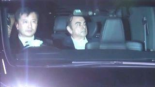 Der frühere Automanager Ghosn verlässt die Haftanstalt in Tokio.