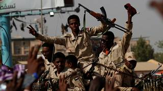 حشود ضخمة تنضم للاعتصام خارج وزارة الدفاع السودانية
