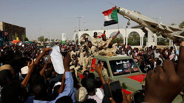 اعتراضات سودان؛ تحصن معترضان در برابر وزارت دفاع با همراهی قضات