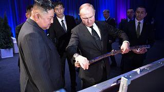 بوتين متفقداً سيف القتال الكوري