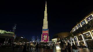شاهد: برج خليفة يتزين بألوان علم سريلانكا تكريما لضحايا التفجيرات