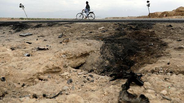رجل افغاني يقود دراجته بالقرب من مكان وقع فيه انفجار في باغرام قبل 5 أيام